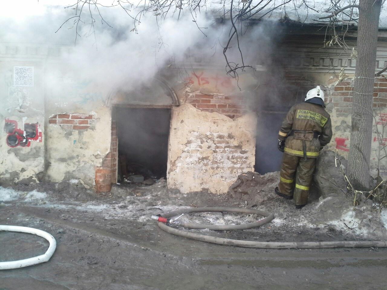 В заброшенном старинном здании на Куйбышева загорелся мусор