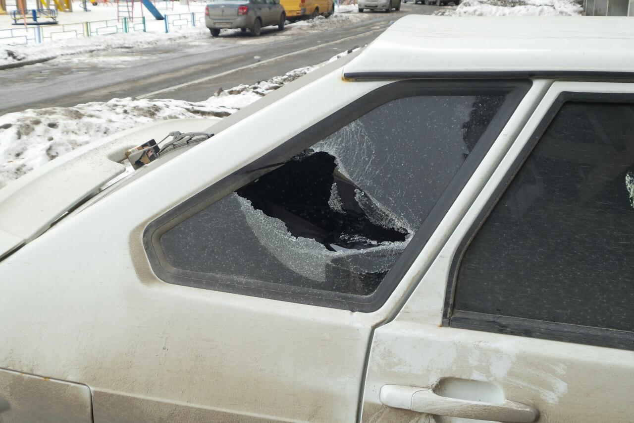 На Уктусе банда хулиганов разбила кувалдами восемь машин