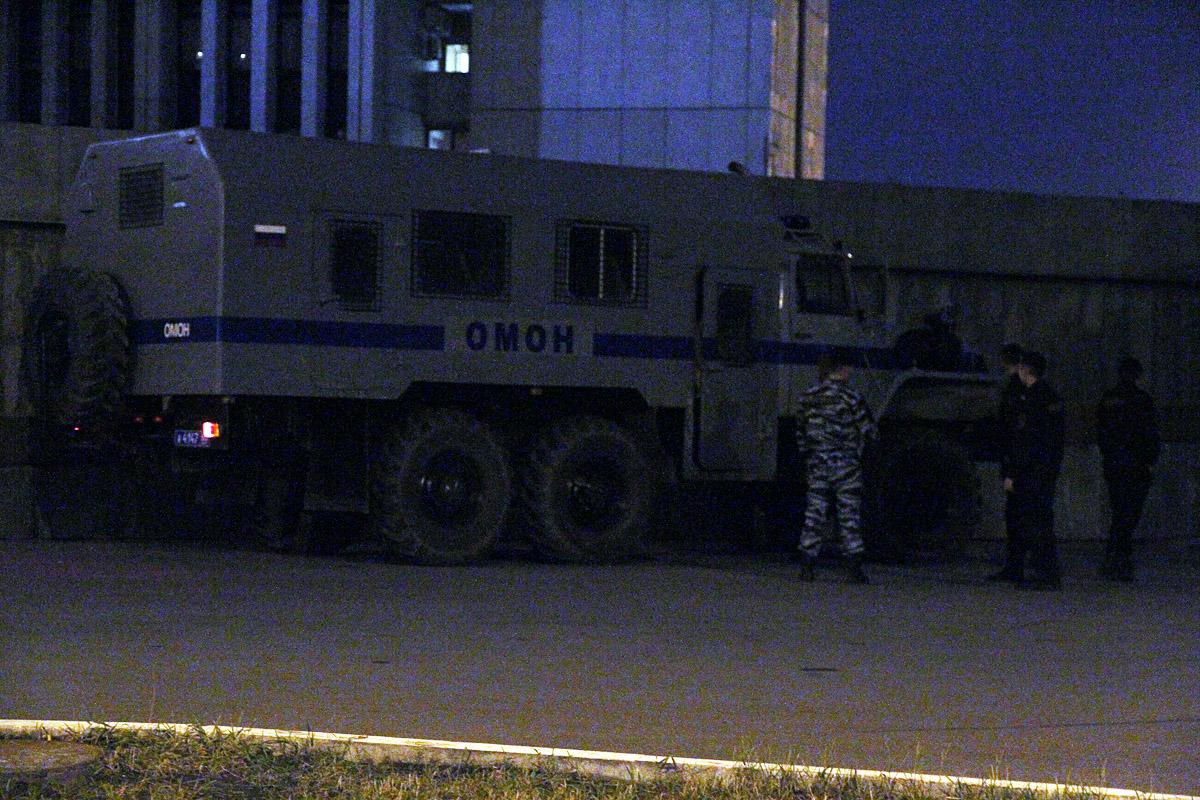 Белый дом в Екатеринбурге охраняют две машины ОМОНа