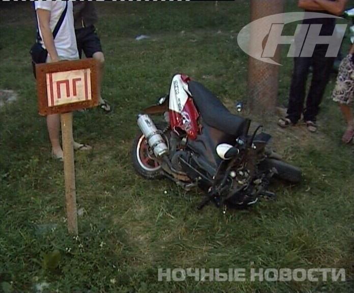 Скутер переломило пополам от столкновения с иномаркой