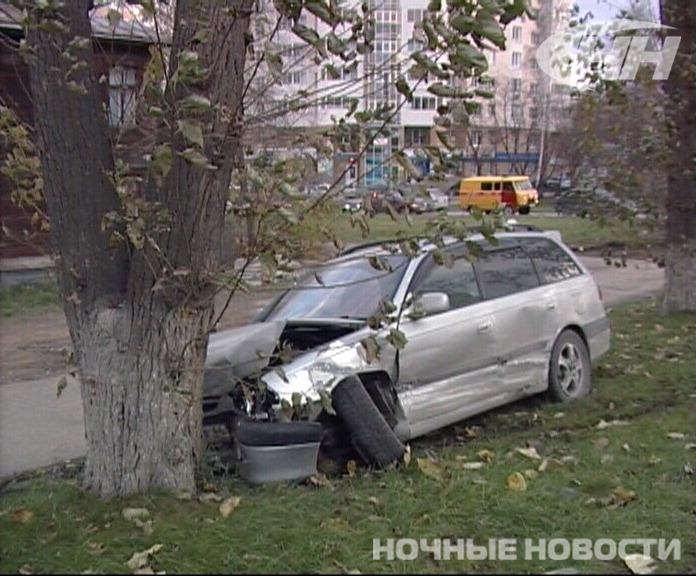 На 8 Марта Toyota после столкновения с Subaru влетела в дерево