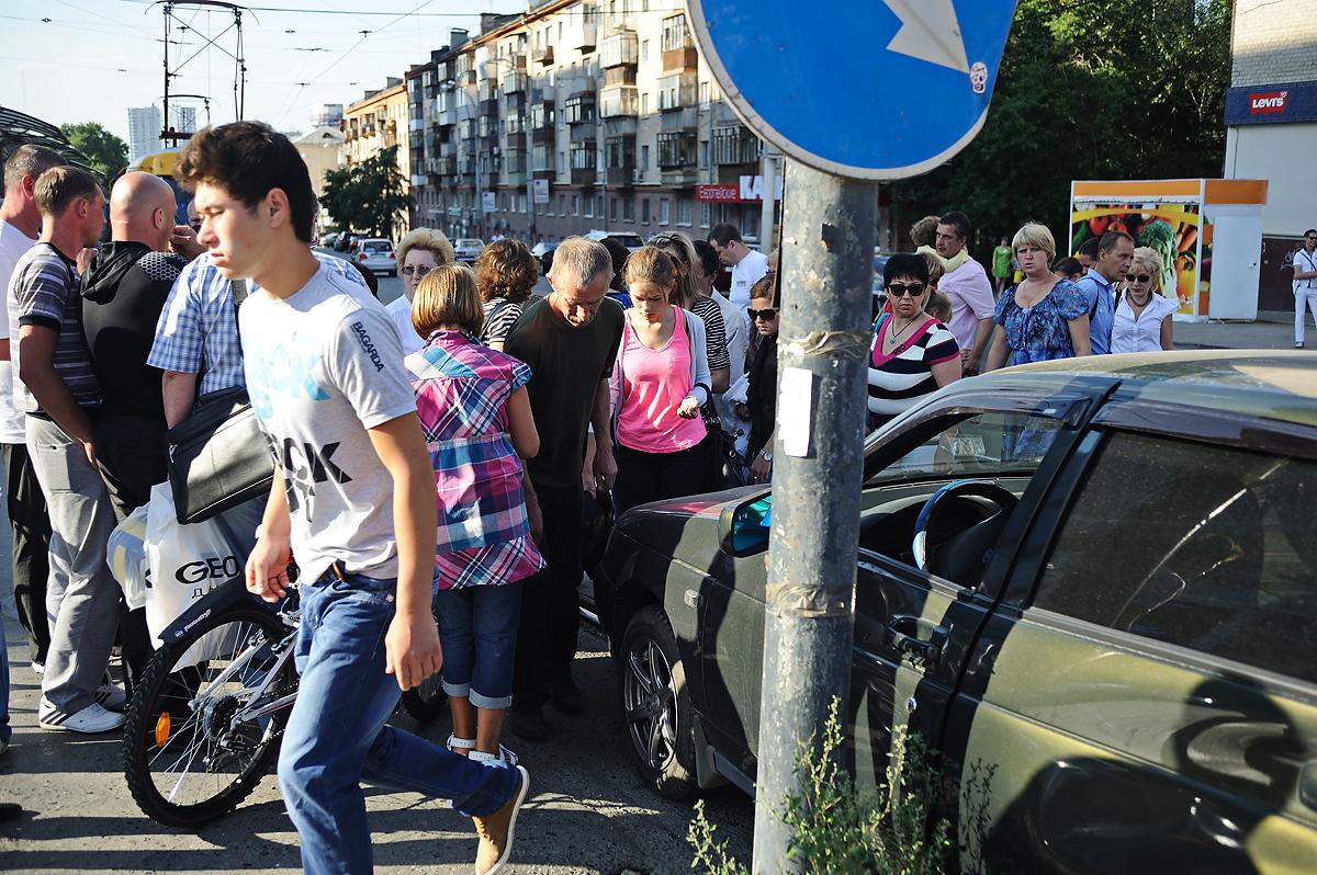 На Московской ВАЗ вылетел на трамвайную остановку