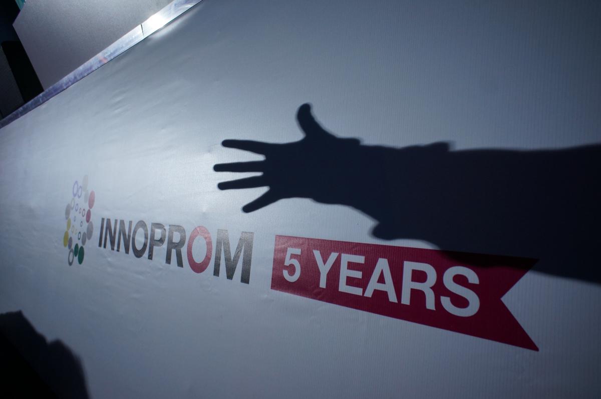 Эволюция «Иннопрома»: старые роботы, новые девочки, неизменный Медведев