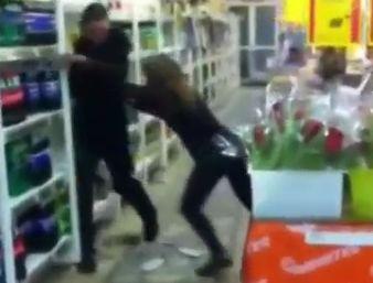 Две воровки разгромили «Монетку» на Уралмаше и избили двух человек