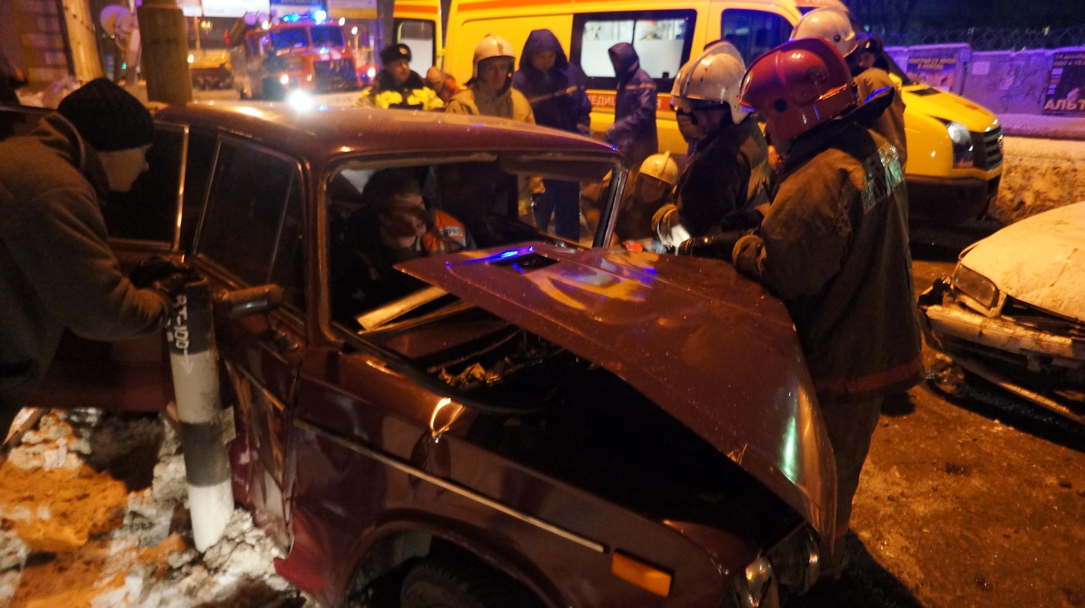 В Екатеринбурге «пьяная» Toyota снесла Skoda и ВАЗ на переезде