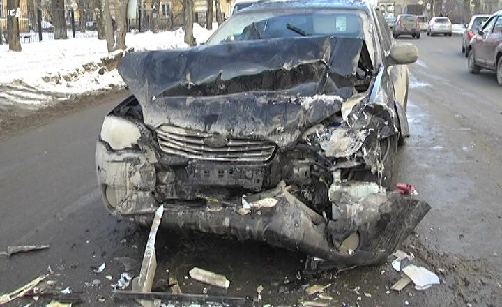 Не справились с управлением: в замерзшем Екатеринбурге массово бьются машины