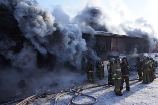У сгоревшего склада на Карьерной дежурят пожарные
