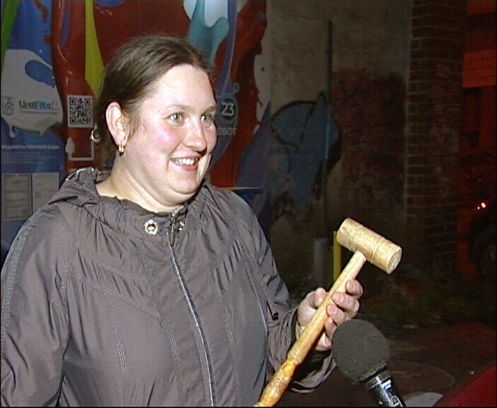 На ВИЗе женщина разогнала наркоманов кухонным молотком