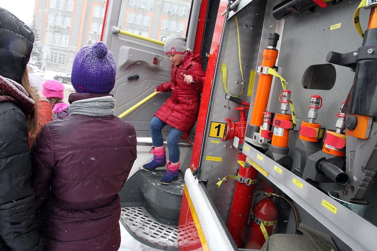 Назло непогоде: екатеринбургские пожарные устроили праздник для детей