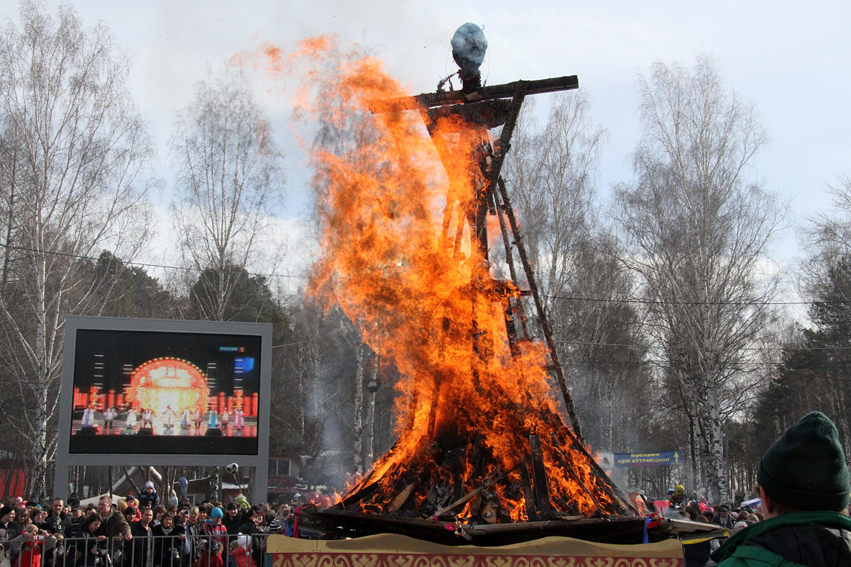 Широкая Масленица: екатеринбуржцы сожгли чучело зимы