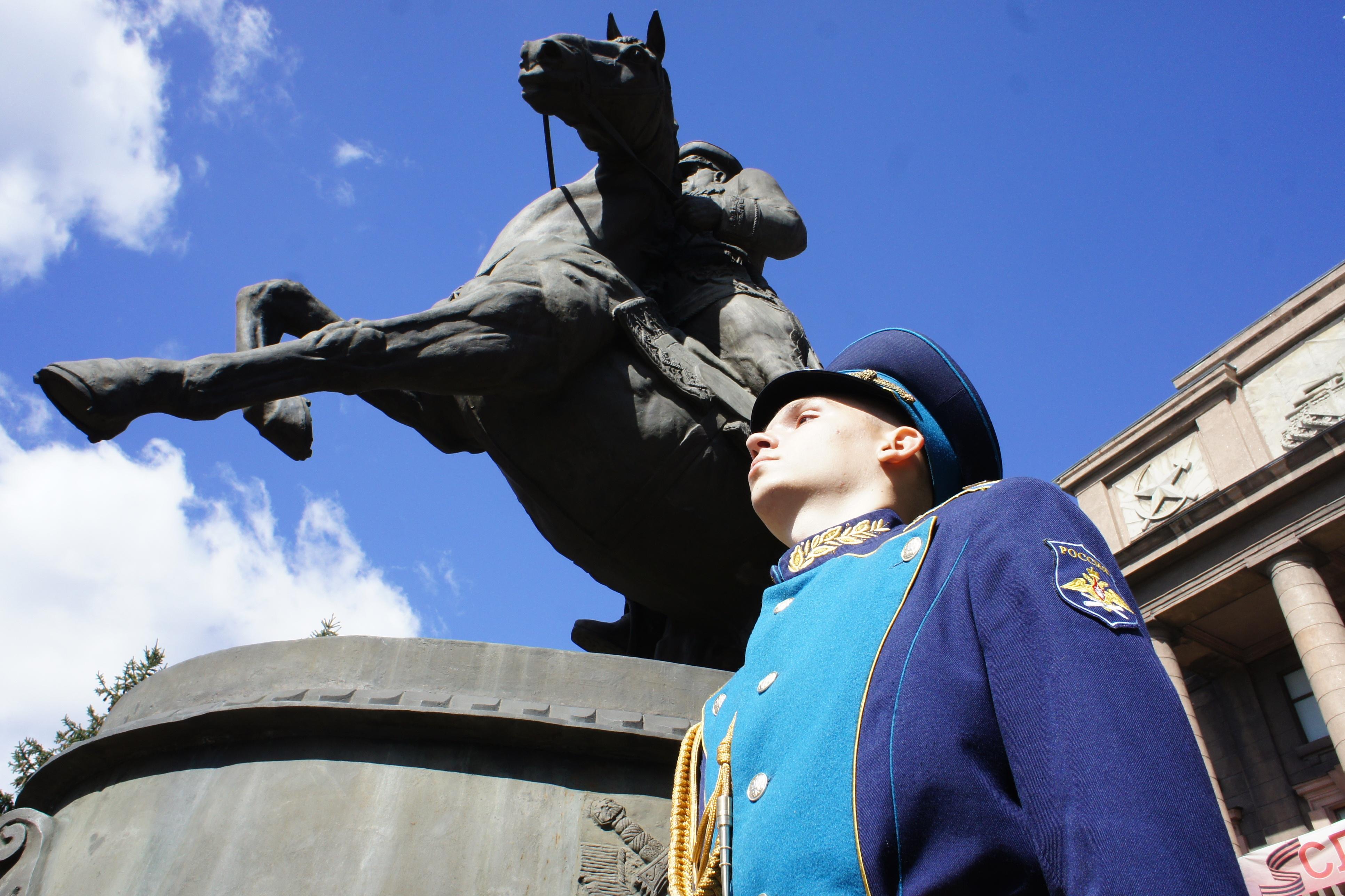 Фоторепортаж 66.ru: городские и областные власти объединились под Жуковым