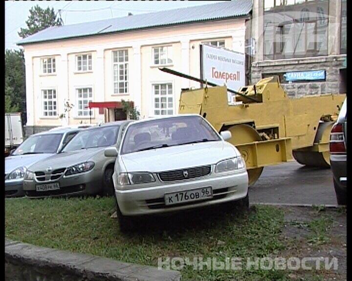 В Екатеринбурге неуправляемый каток протаранил два авто
