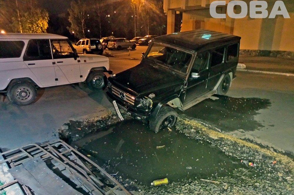 На Юго-Западе напротив отдела полиции Mercedes провалился в яму