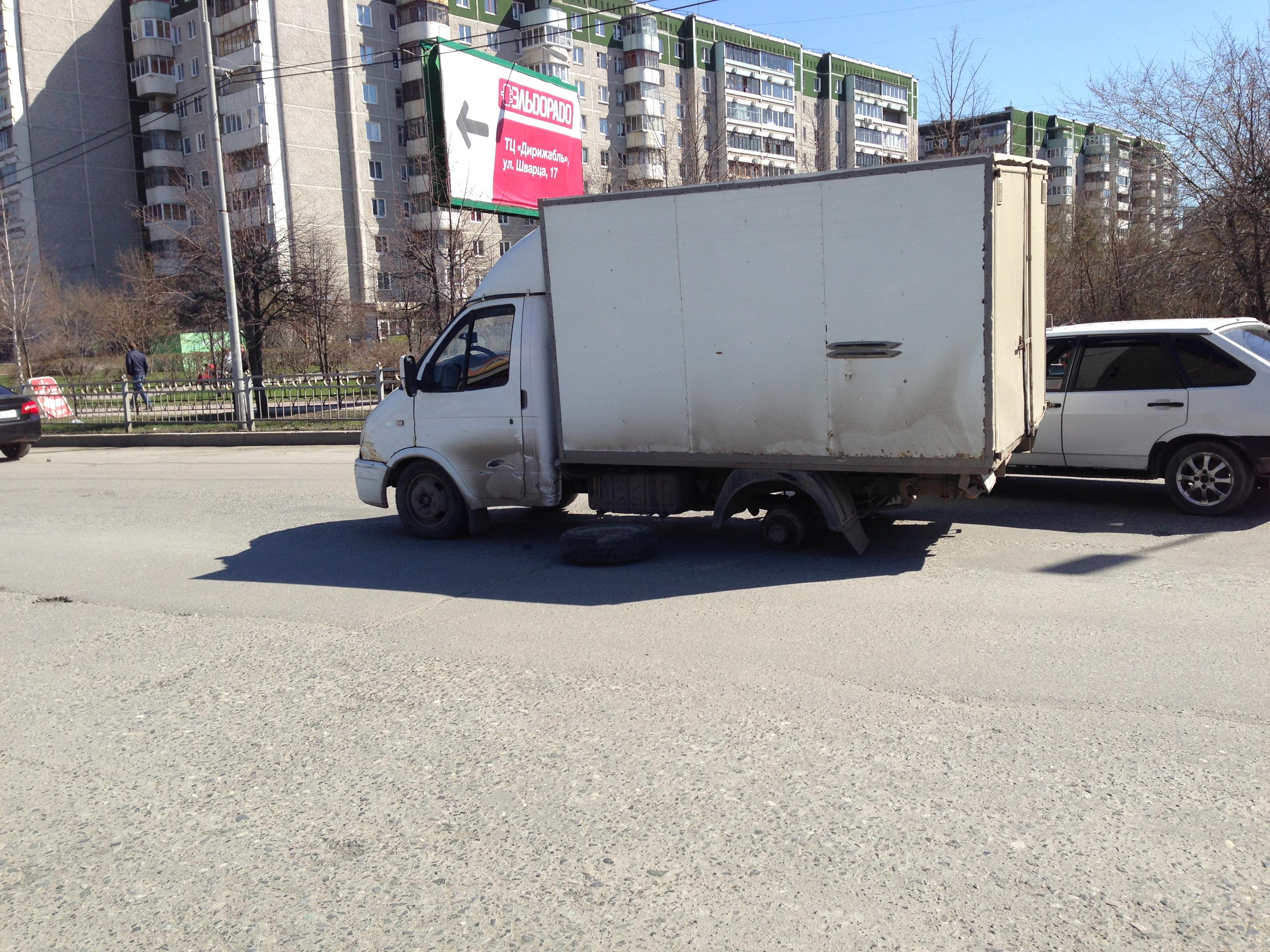 Возле «Дирижабля» грузовая «Газель» на ходу потеряла два колеса