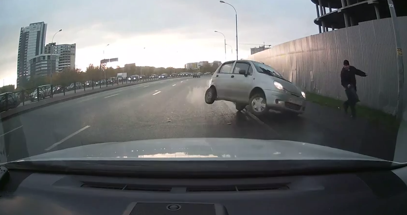 На Машинной вылетевший на тротуар Matiz едва не сбил пешехода