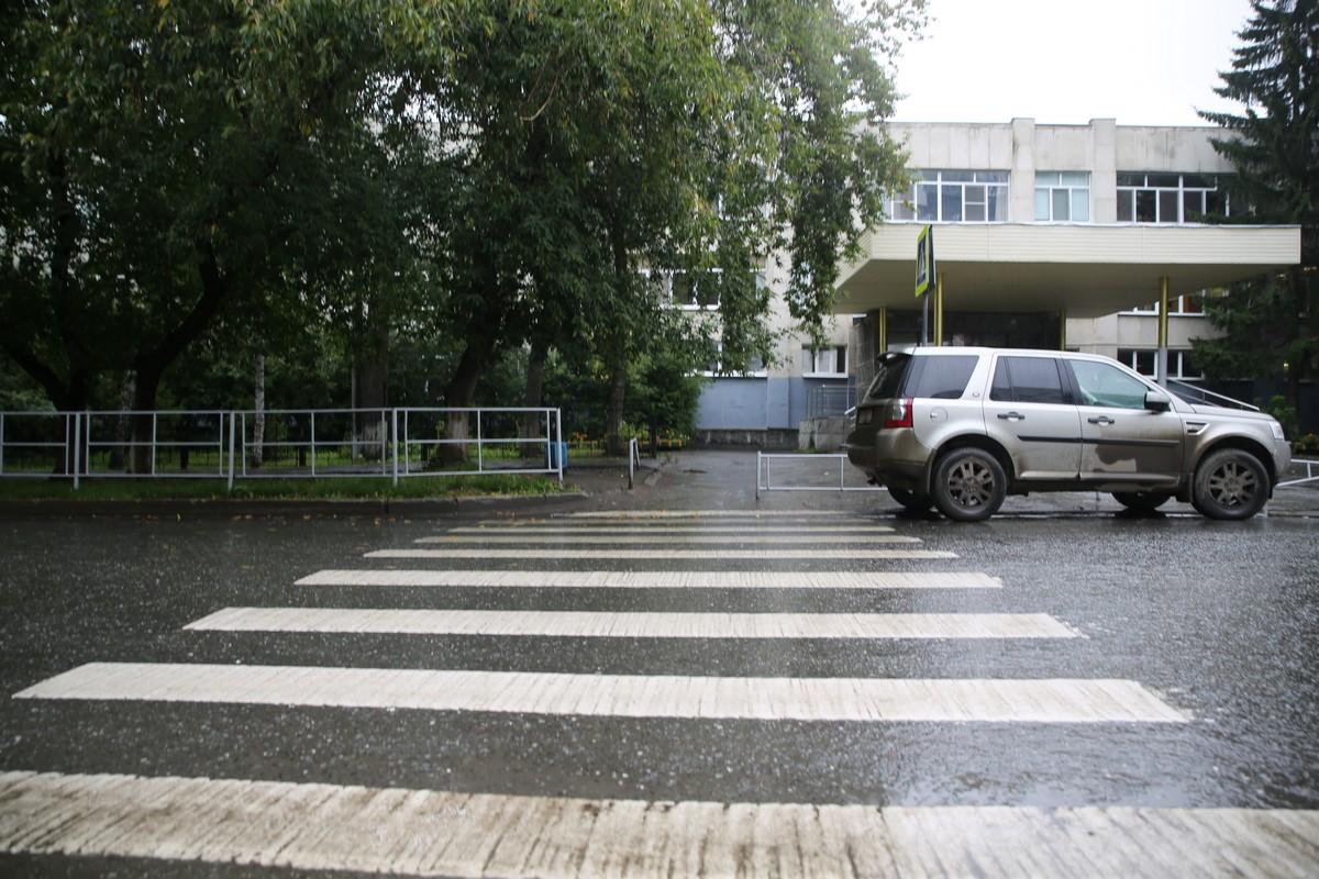 Не по уму, а по инструкции. Зебры перед школами Екатеринбурга рисуют на отвяжись