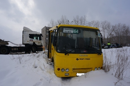 В Екатеринбурге автобус влетел в грузовик