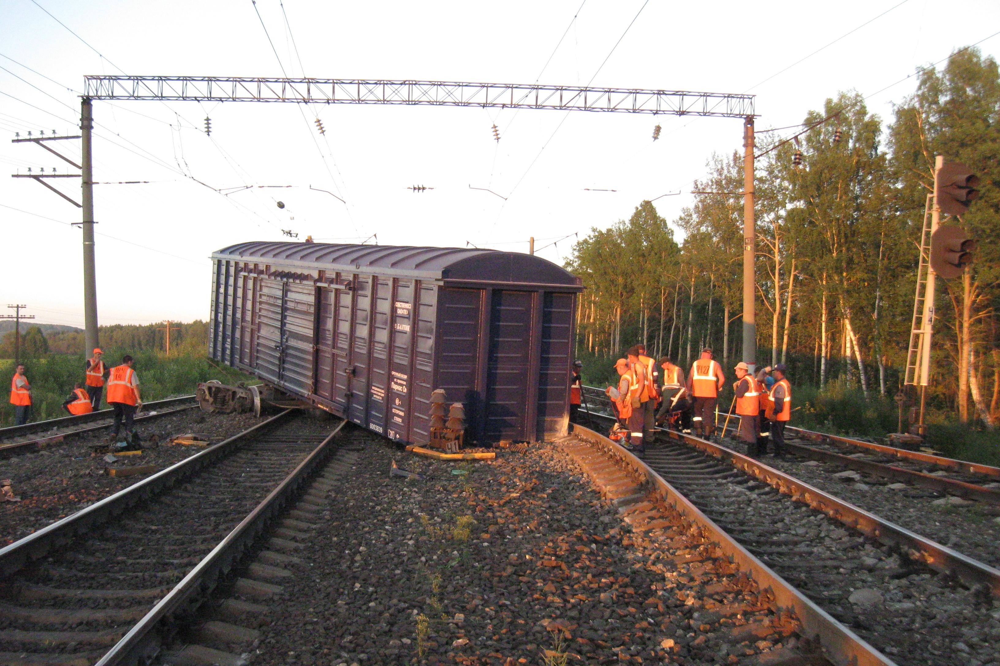 В Свердловской области с рельс сошли два вагона товарного поезда