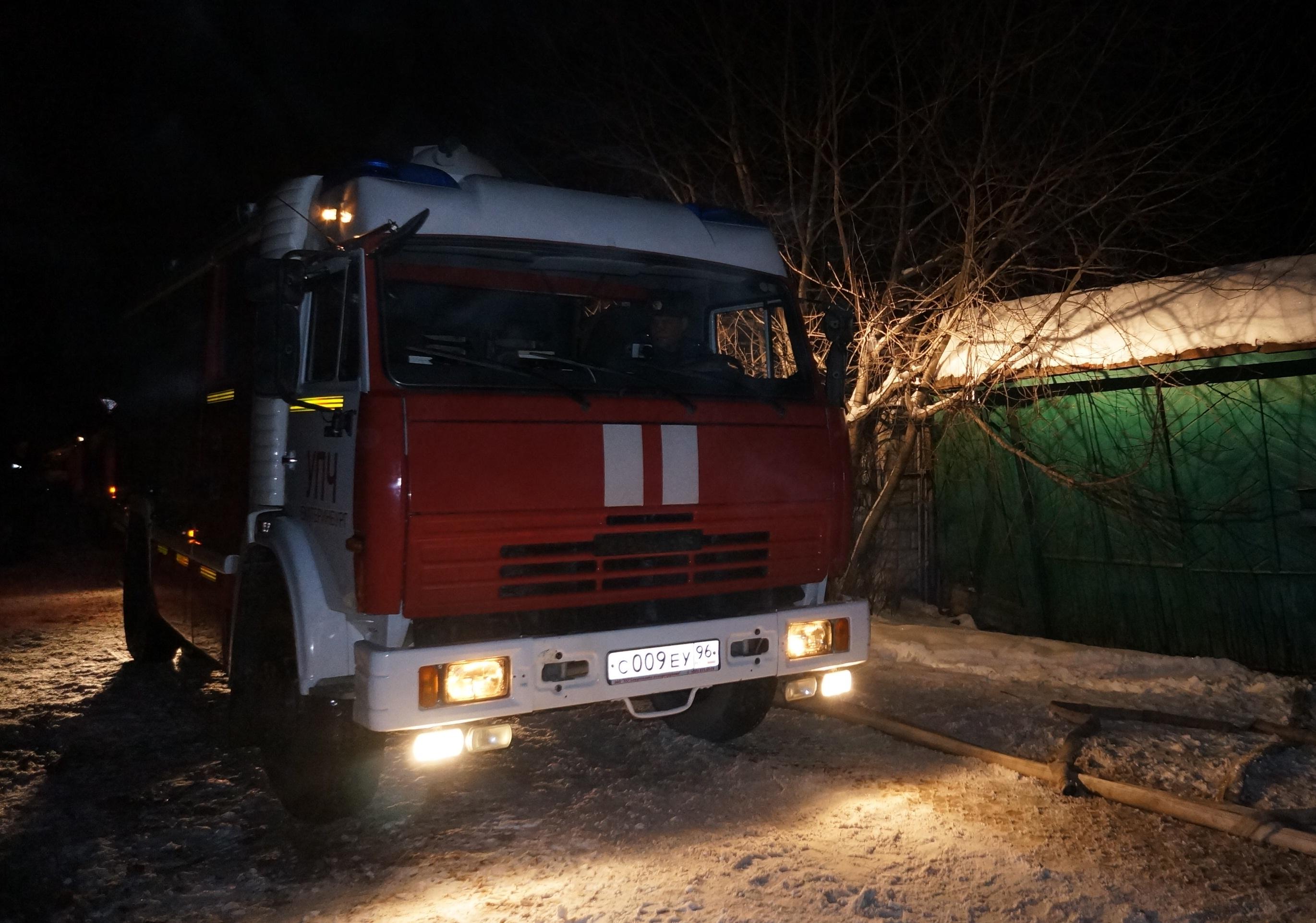В Серове огонь уничтожил овощехранилище и три УАЗа
