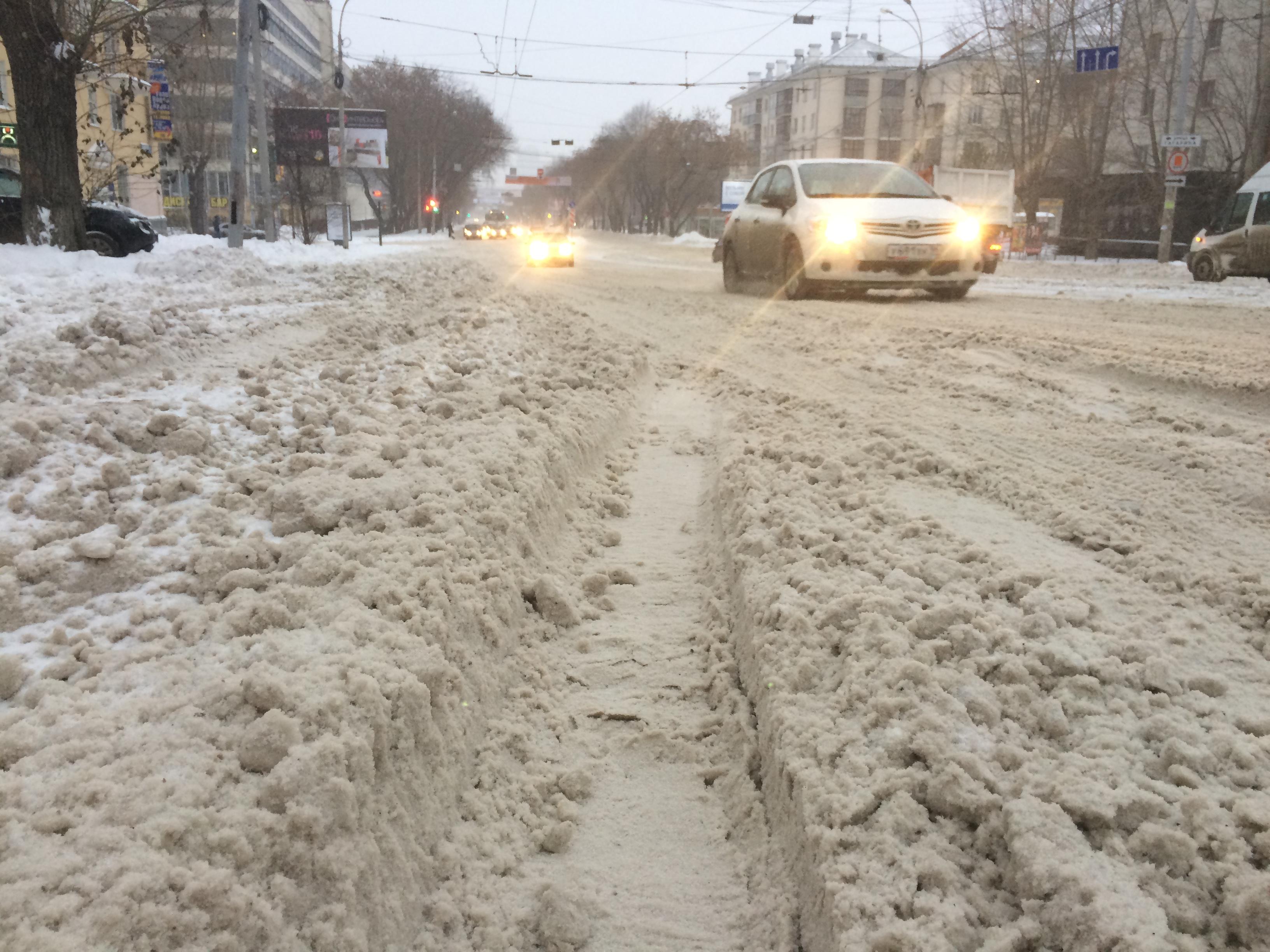 После ада: в Екатеринбурге за ночь расчистили дороги, но еще не везде