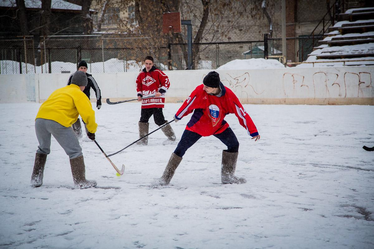На льду «Юности» прошел чемпионат по хоккею в валенках