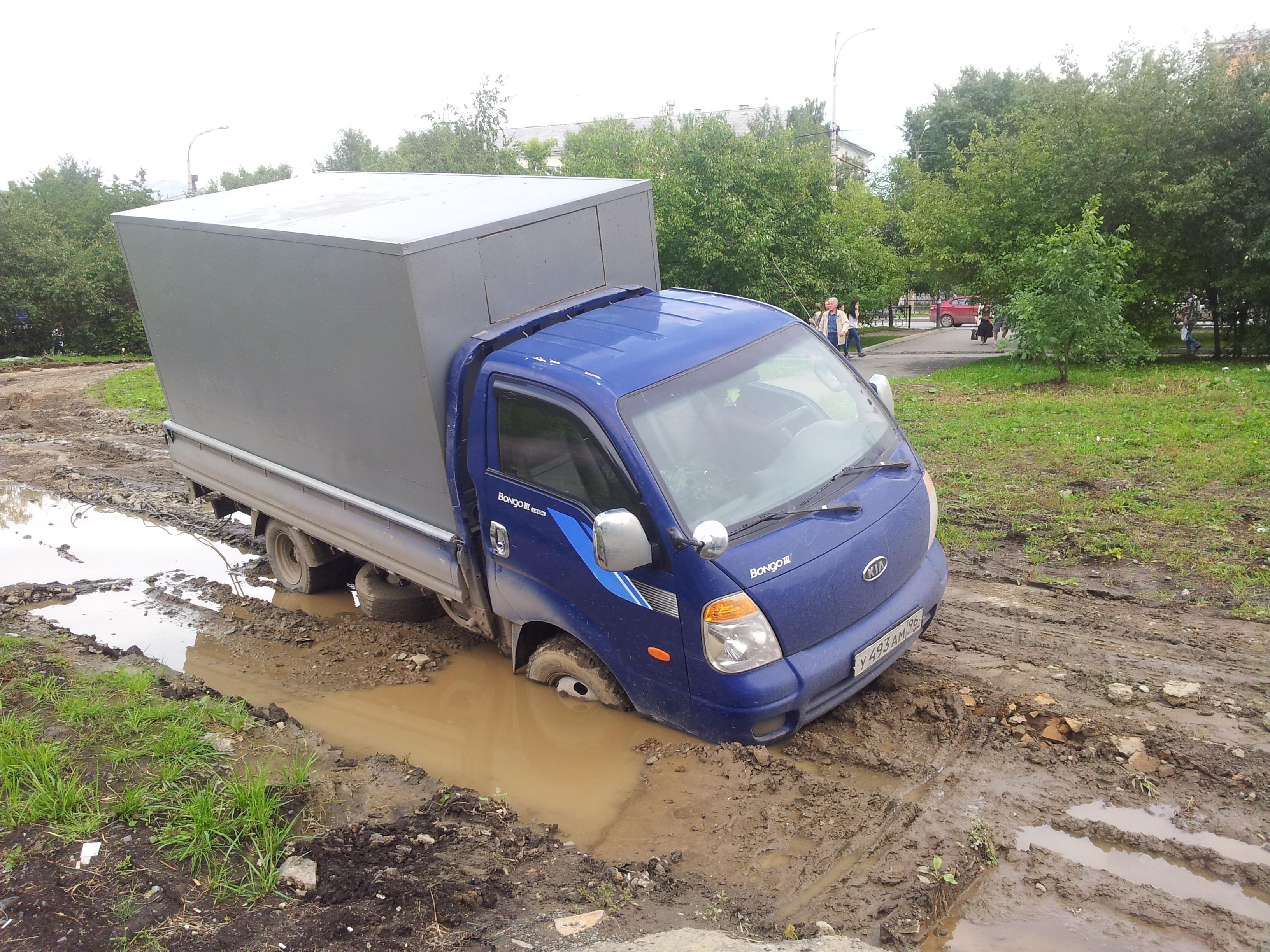 У ДК Лаврова газон всосал грузовик