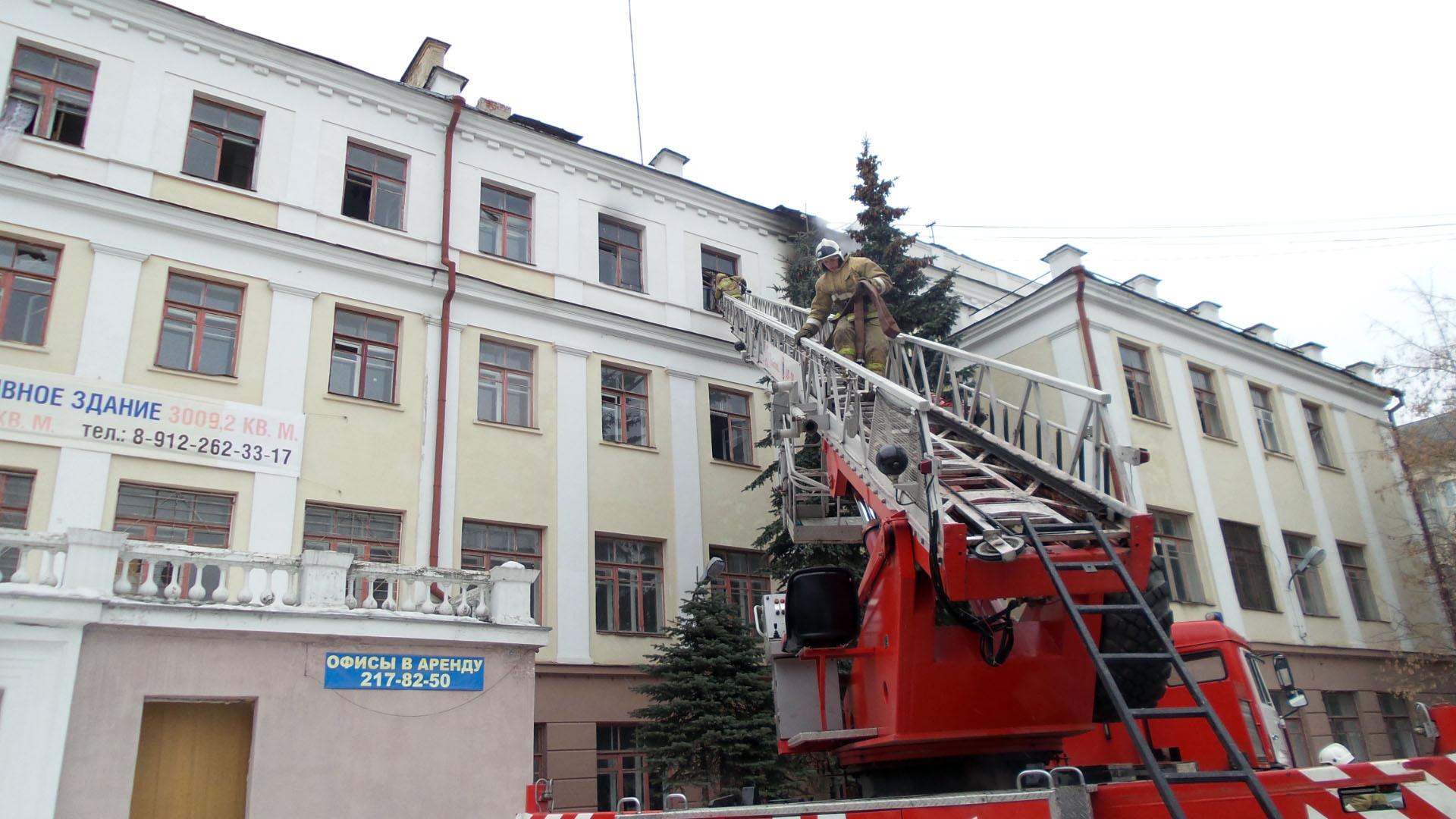 В центре Екатеринбурга загорелось заброшенное здание