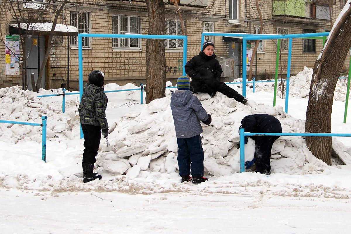 На Эльмаше снег с улиц убрали на детские площадки