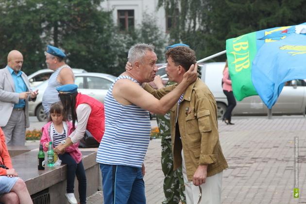 Десантника, избившего водителя автобуса в Екатеринбурге, отправили на отработку