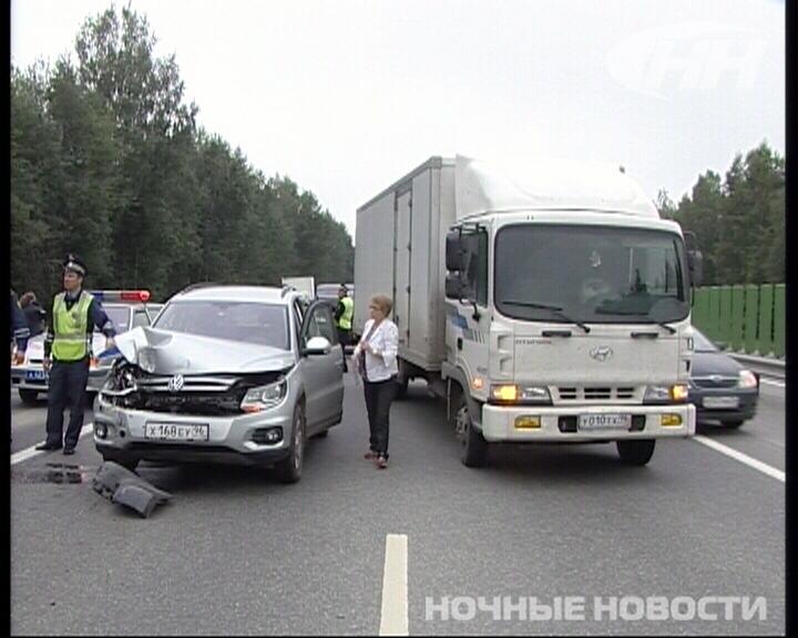Четыре машины поучаствовали в двойном ДТП на дублере Сибирского тракта