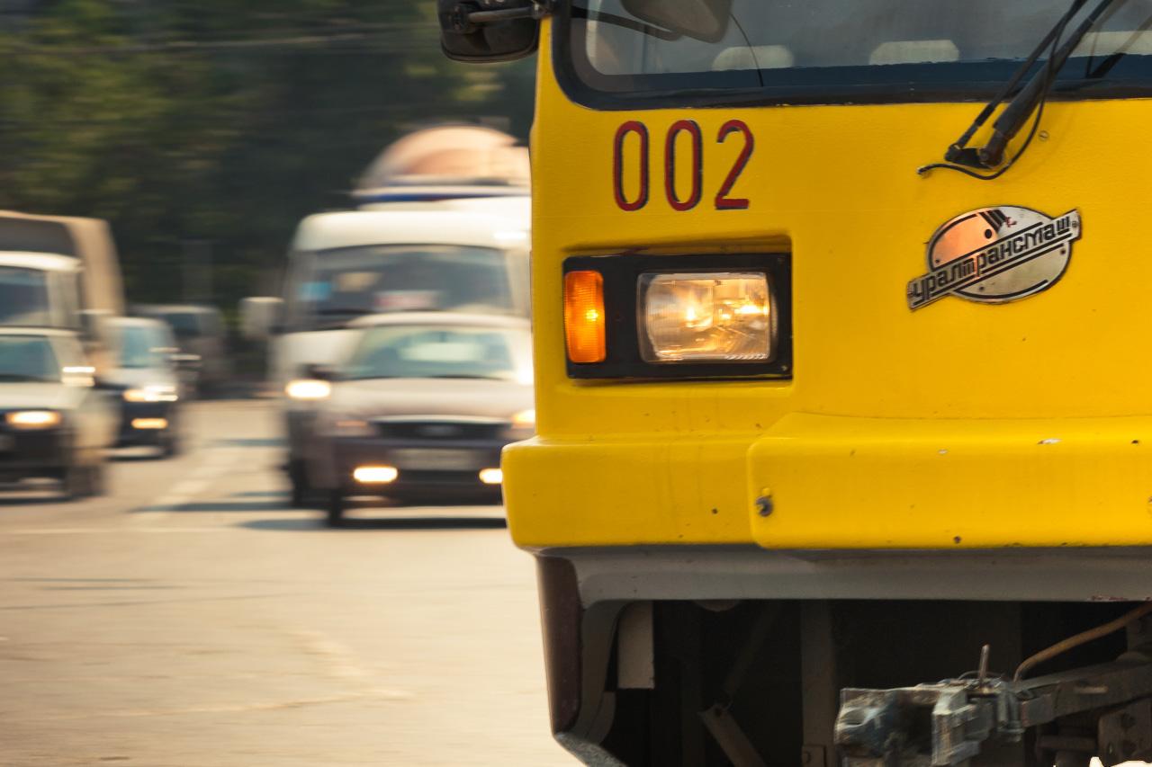 Автолюбитель заблокировал екатеринбуржцев в трамвае