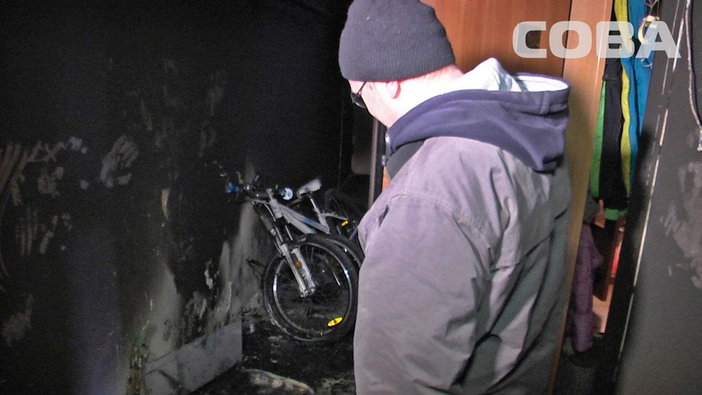В подъезде шестнадцатиэтажки на Щорса вспыхнули санки и велосипеды