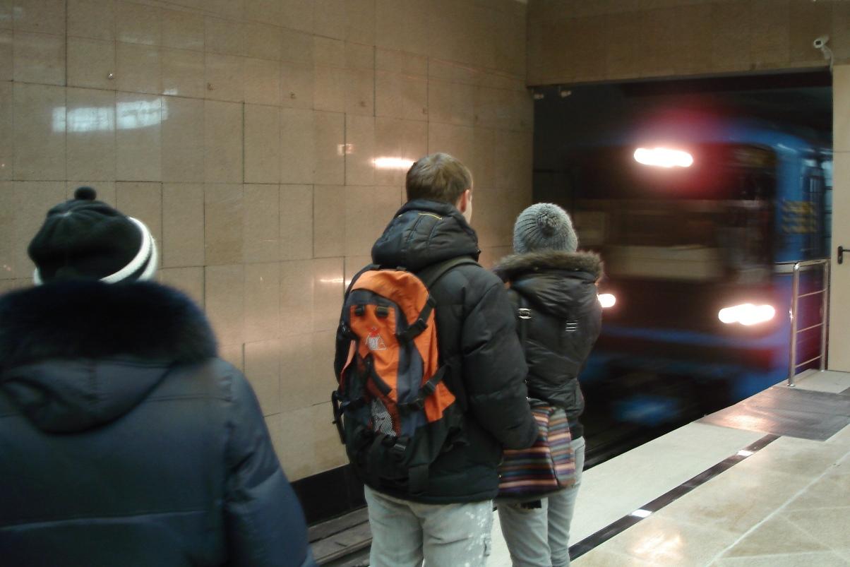 На станции метро «Уральская» неадекватная женщина прыгнула на рельсы