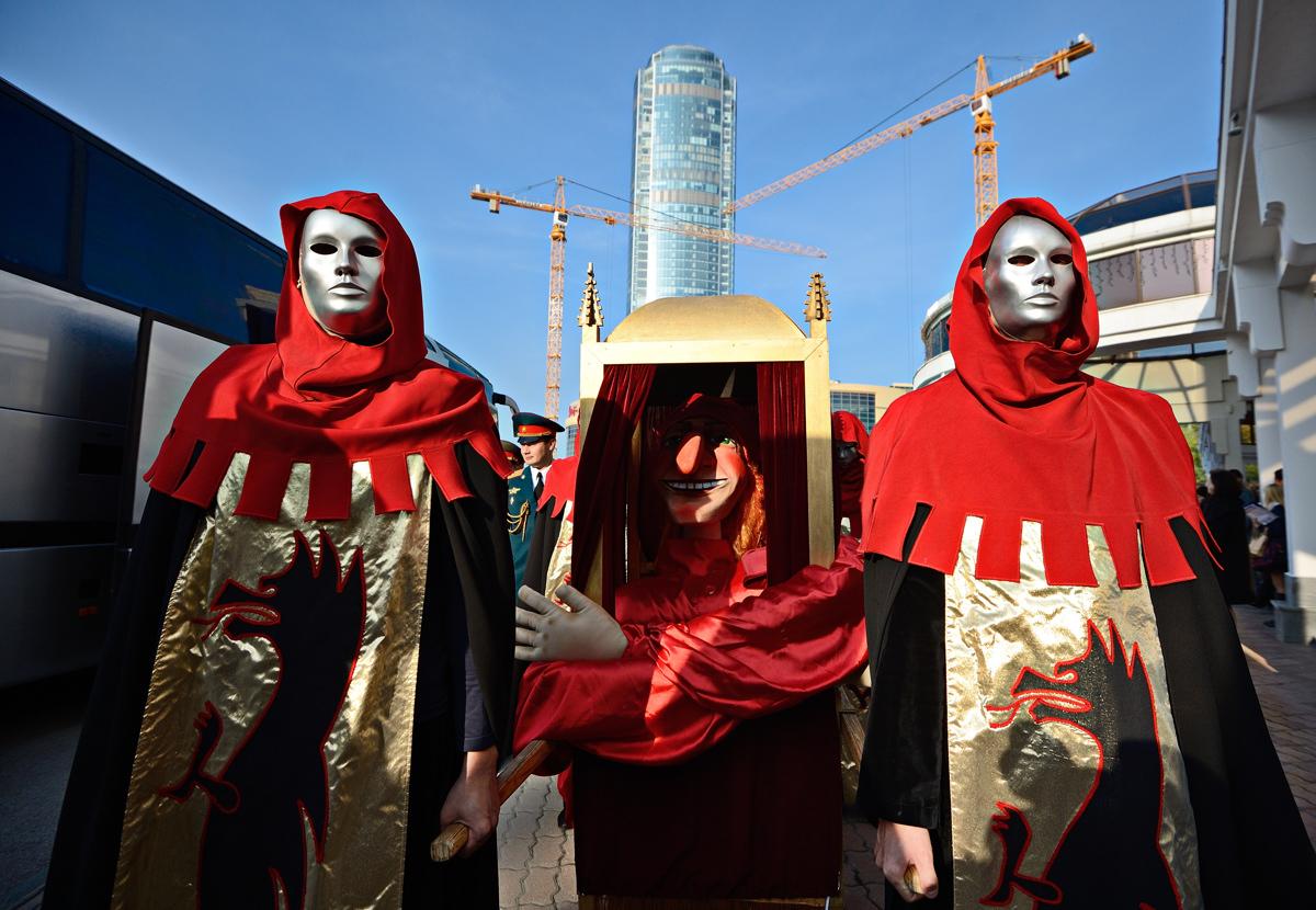 Маски, оркестр и пучок петрушки: в Екатеринбурге открылся фестиваль театров кукол