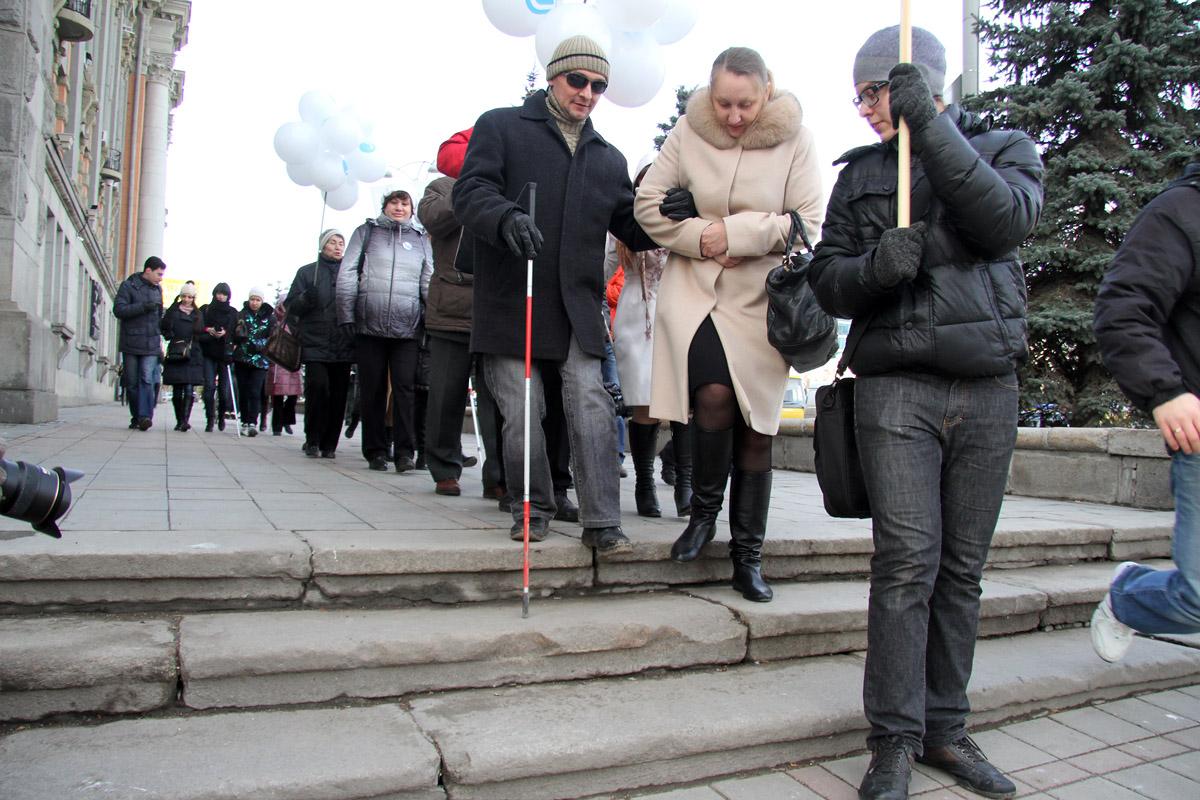 «Машины на тротуаре? Не проблема». Незрячие люди прошли маршем по центру Екатеринбурга