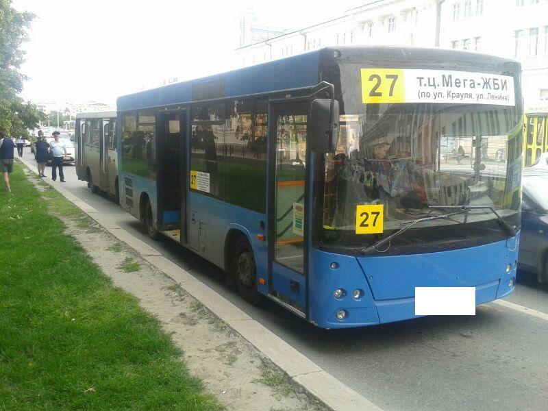 В центре Екатеринбурга на перекрестке один автобус догнал другой