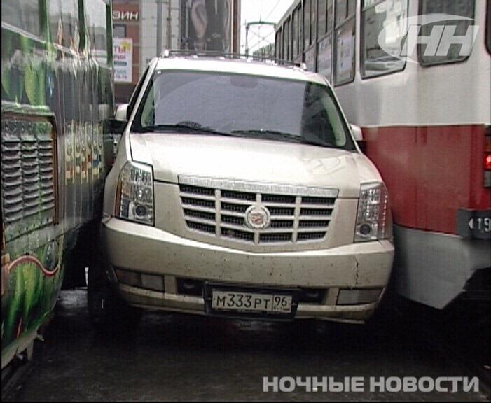 Возле ЦПКиО Cadillac застрял между двух трамваев
