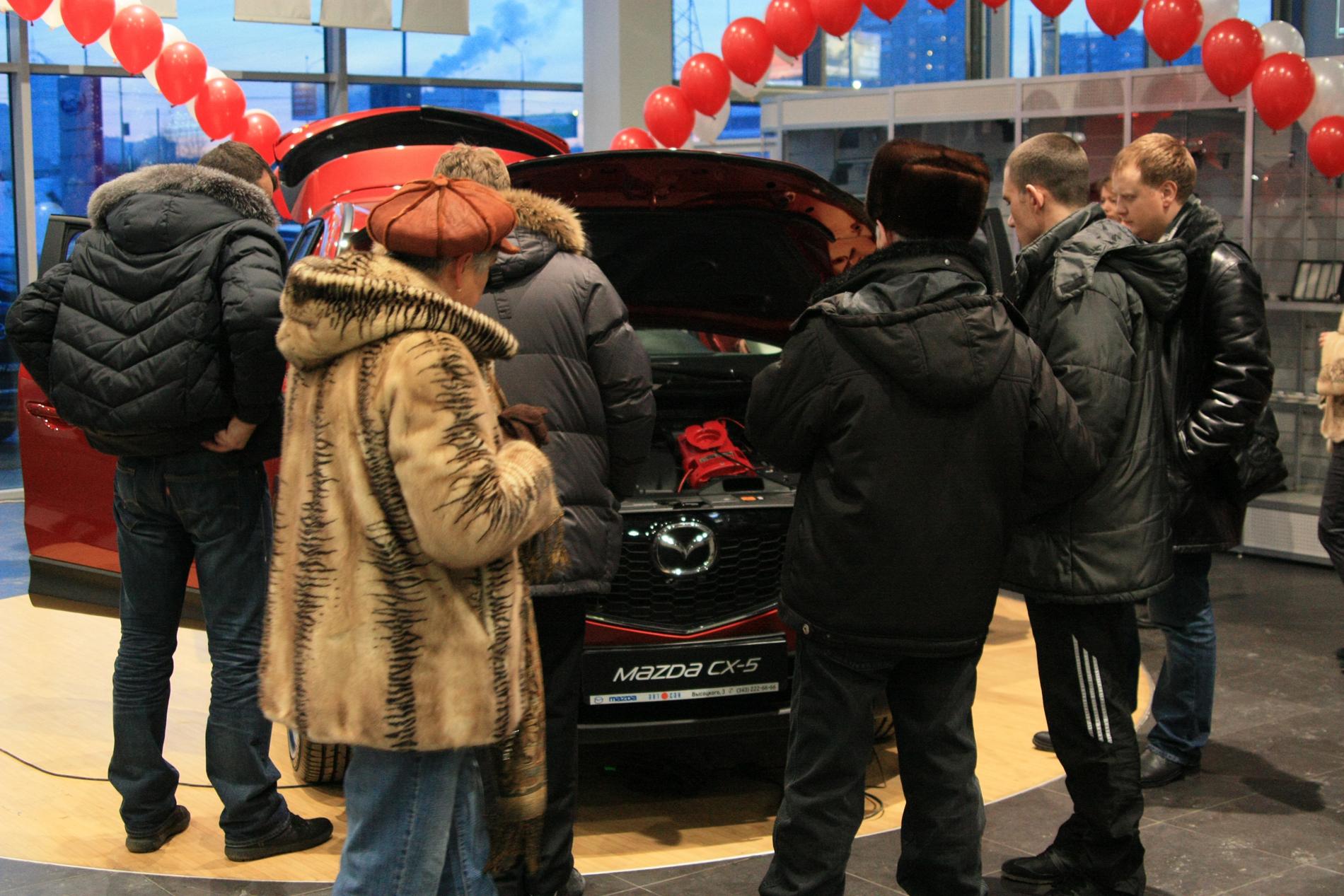 Затарились: Екатеринбург опережает Россию по автомобилизации