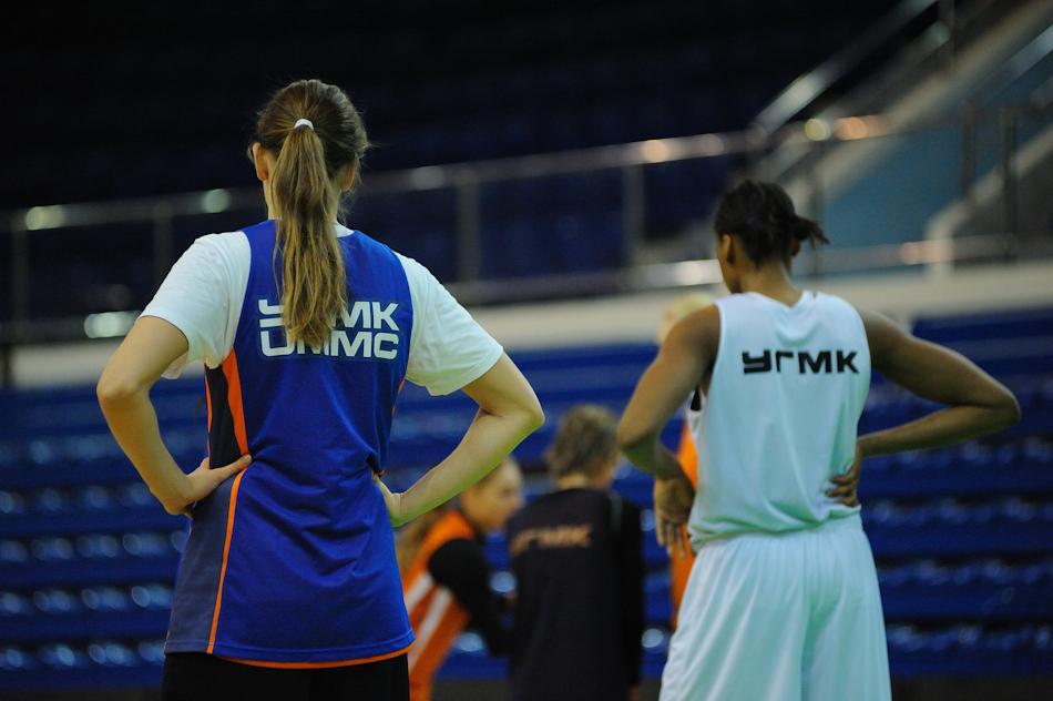 Баскетболистки УГМК разгромили новосибирское «Динамо-ГУВД»