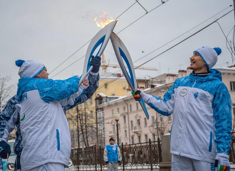 Все на улицу! Спортсмены-герои бегут по Екатеринбургу с огнем Паралимпиады