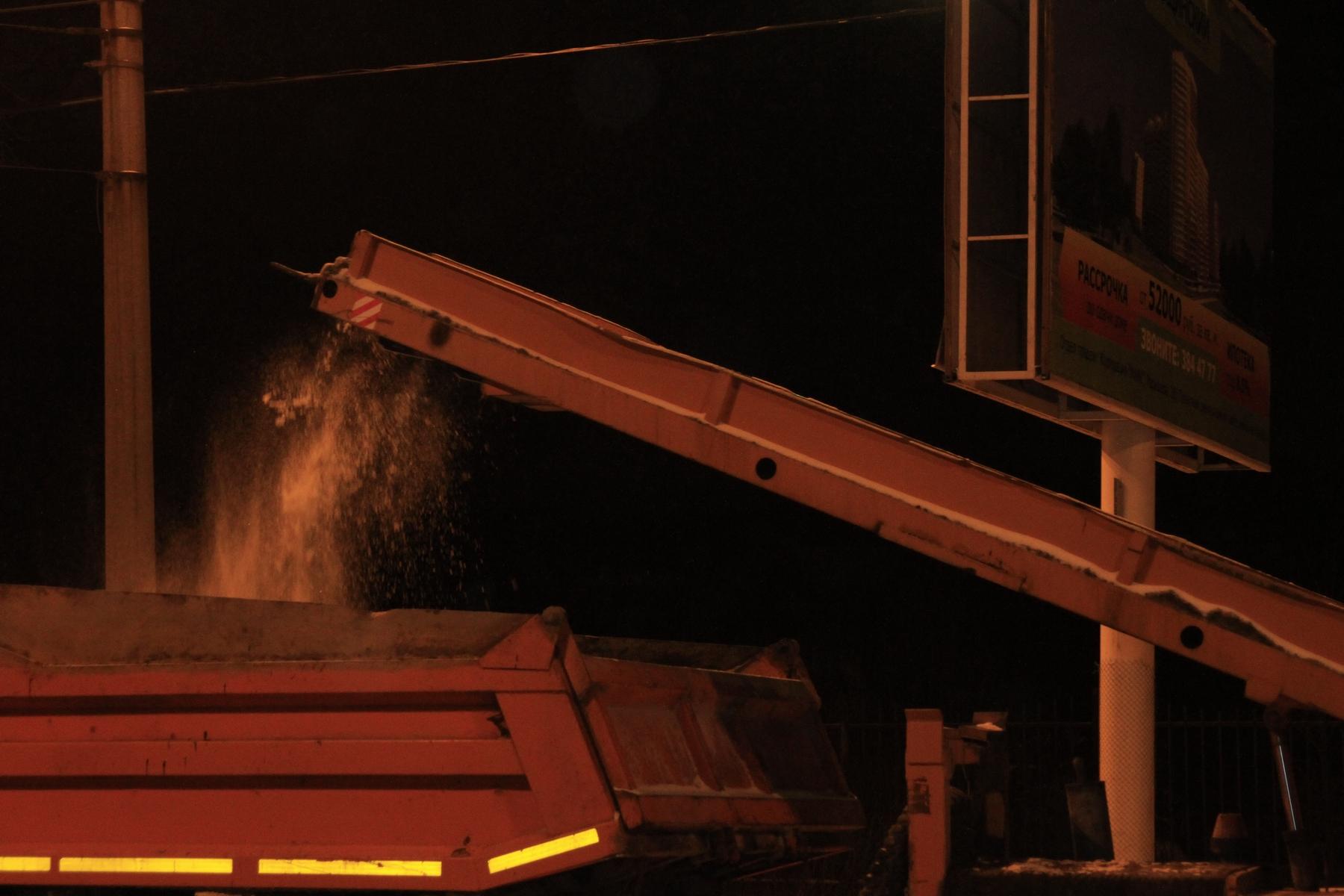 Коммунальщики ночью чистили от снега чистый город