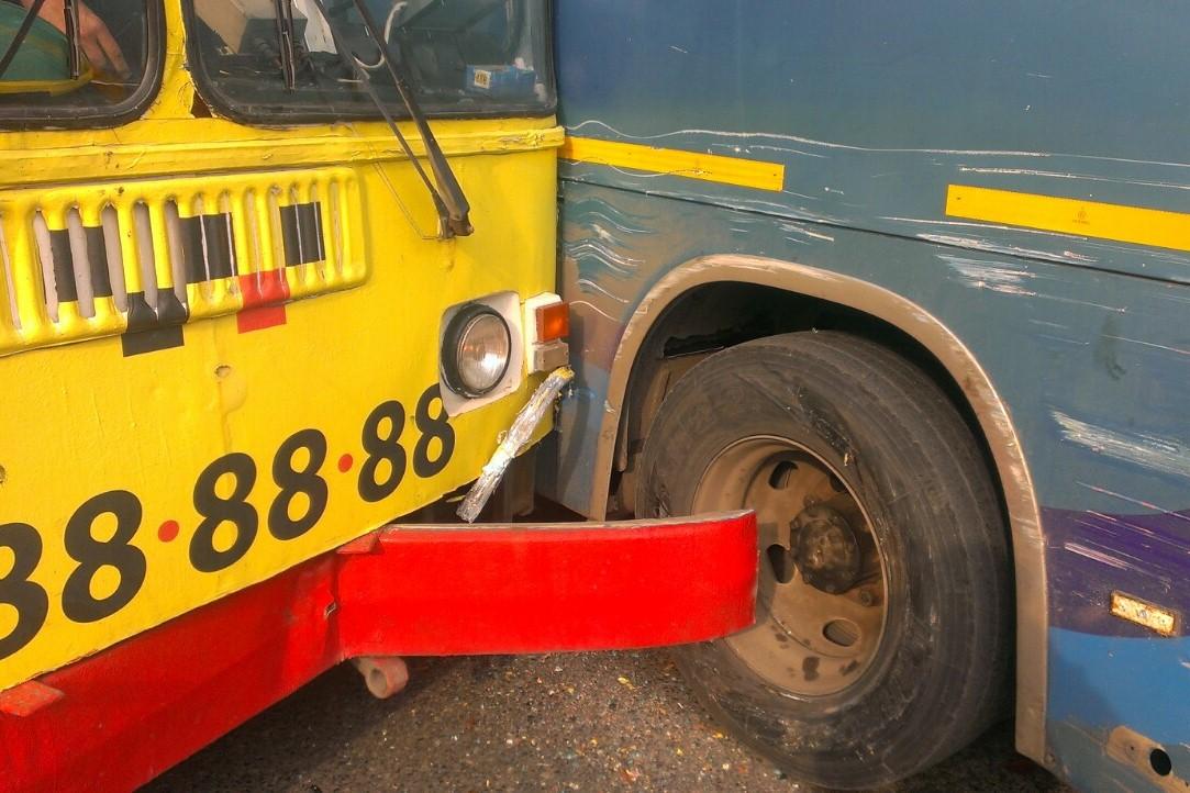 На Малышевском кольце снова пробка: троллейбус врезался в автобус