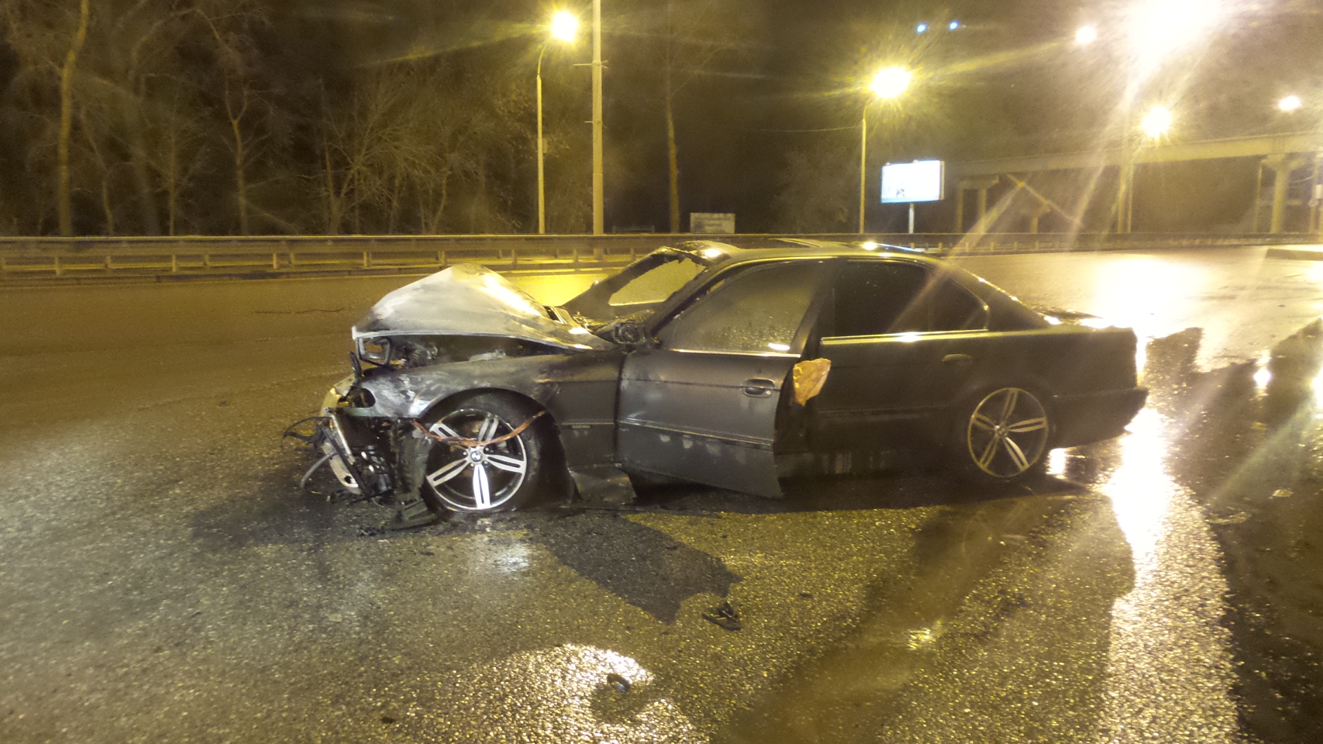 Ночью на Металлургов взорвался BMW
