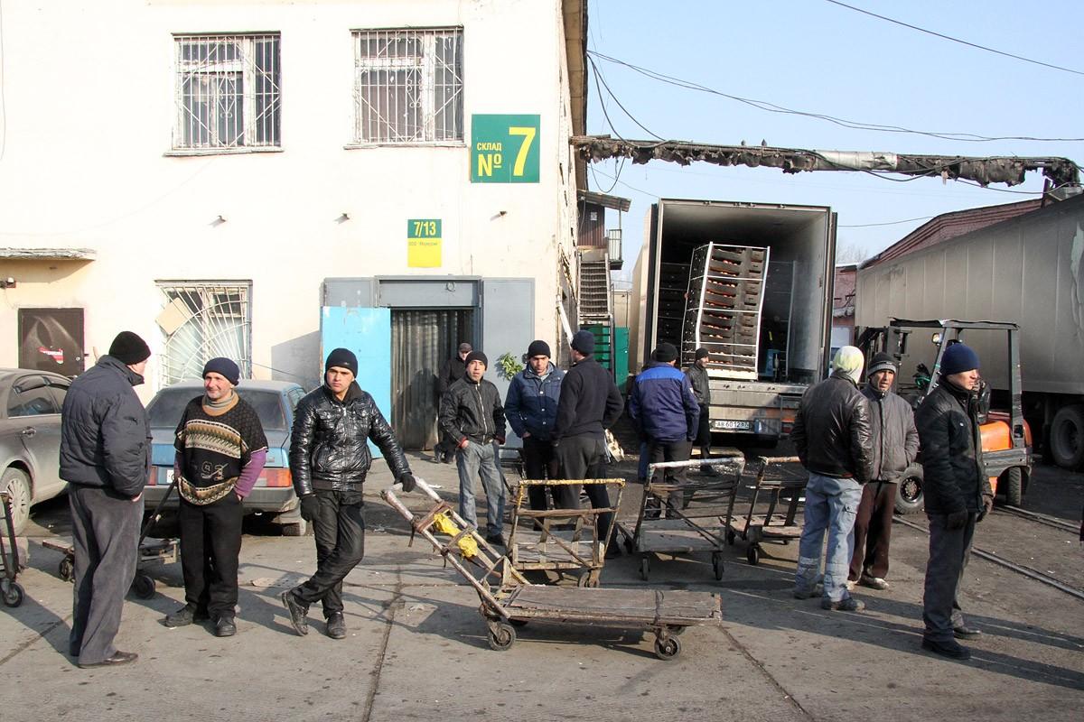 Жители Среднеуральска устроили сходку против нелегалов спьяну