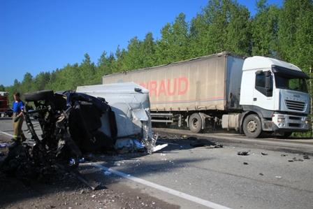 Трое мужчин погибли при столкновении грузовиков