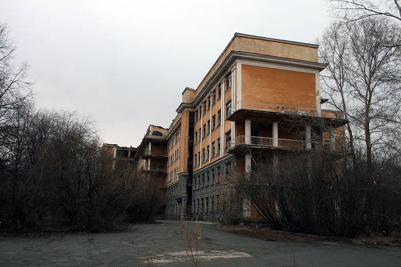 В заброшенном здании больницы в Зеленой роще разбился мужчина