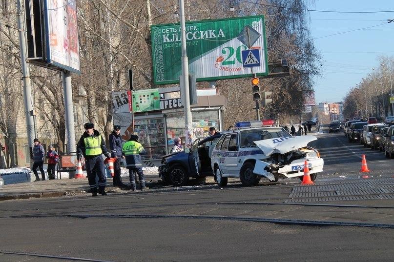 Не поделили дорогу: на Куйбышева патрульная машина ДПС врезалась во внедорожник