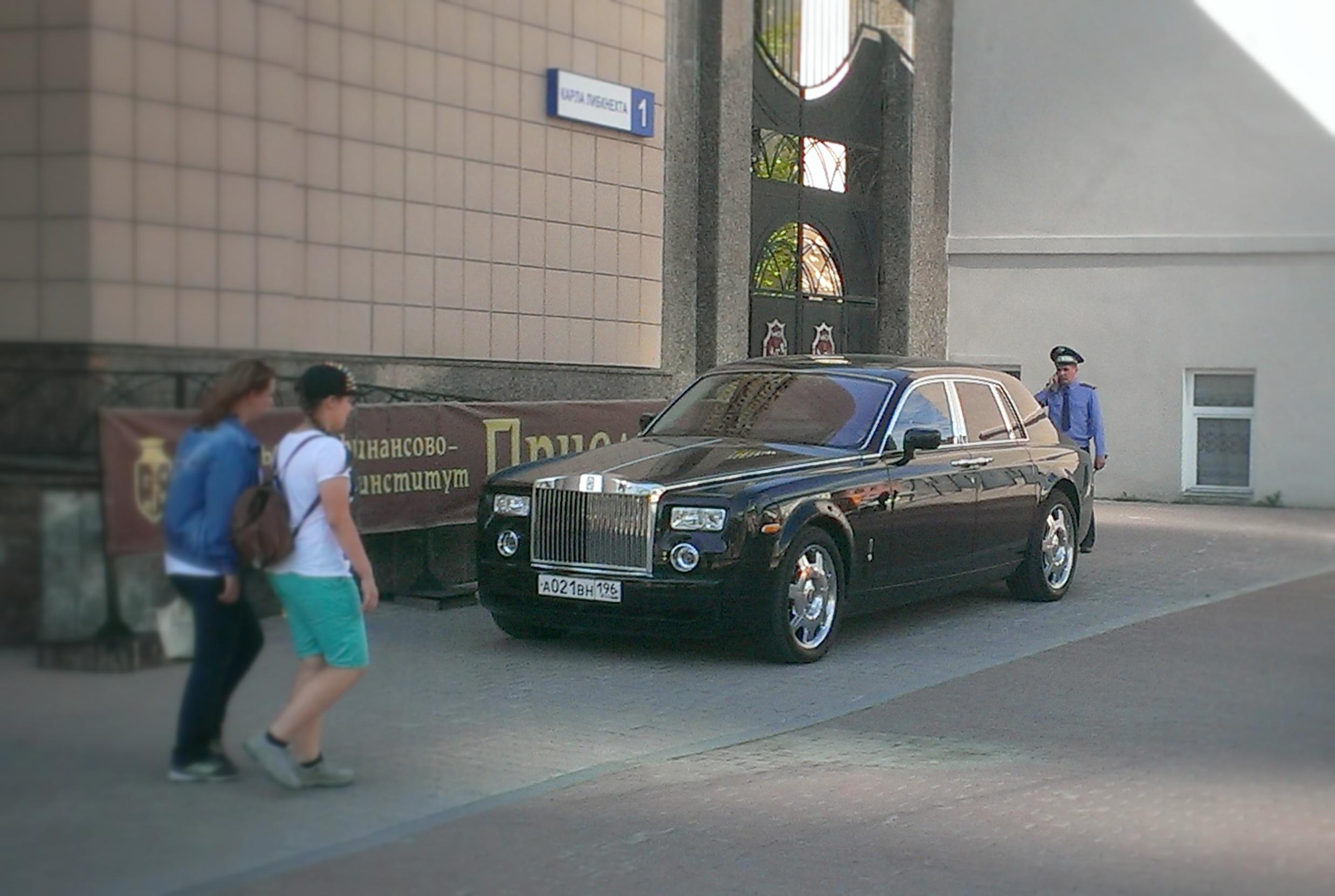 Пристыдили: Rolls-Royce сам уехал с тротуара на Малышева