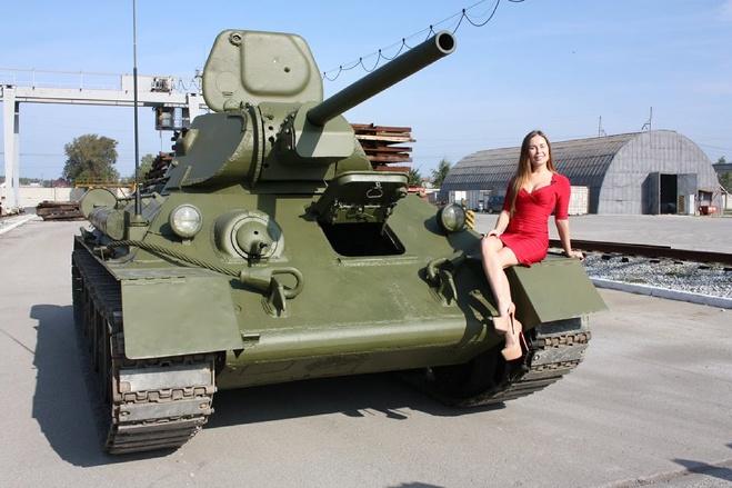 С Днем танкиста! Юле из «Уральских пельменей» дали на тест-драйв Т-34