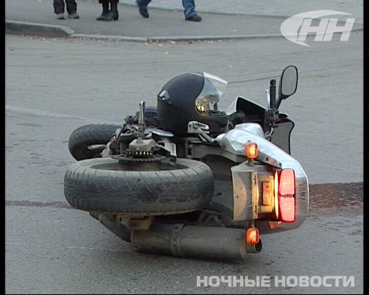 На Луначарского байкер врезался во внедорожник